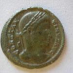nummus, Avers: CONSTAN-TINUS AUG buste nu tête laurée, 2.73 g, très belle pat verte