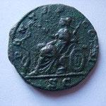 Titulature revers : PONTIF COS II/ S|C . Description revers : Minerve (Pallas/ Athéna), casquée, vêtu militairement assise sur une base ornée d'un sphinx tourné à gauche, tenant une haste transversale de la main gauche et nourrissant un serpent de la main