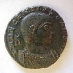 maiorina, Arles 351 , 4.99 g, Avers: D N DECENTIVS NOB CAES