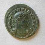 1/2 nummus, Avers: CONSTANTINUS AUG buste cuir à dt 3/4 face, très belle pat verte, 1.91 g