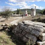 Blick von nachstehend besprochenem Kammergrab auf das Haupttor
