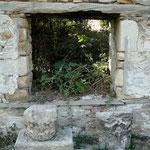 verfallenes Haus mit antiken Elementen
