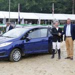 Grote Prijs-winnaar Gerco Schröder en zijn nieuwe auto, een Ford Fiesta.