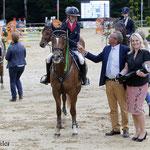 Marie Sandell wint met Orchid's Lunda Star de Outdoor Wierden Grand Prix pony's