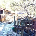 甲武信小屋。昨日の雪が残ってます