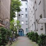 宿泊地。怪しそうなアパートの一室。ドイツではアパートを借り上げて、それを貸し出すビジネスもあります。