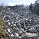 かなり採石された石が無造作に・・・