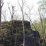 この岩の上に寝釈迦像があります