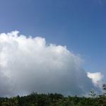 あれ?遠くの方で怪しい雲が・・・