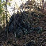 帰りの下山道には岩がゴロゴロ
