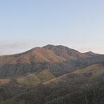 朝日を浴びる袈裟丸山