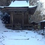 山頂付近の最初の神社。
