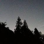 朝5時ではまだ真っ暗で月が出ています