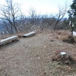 意外と山頂は広いです。ベンチも4つほどあります