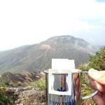 茶臼岳をバックにコーヒー
