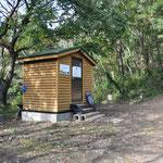 ありがたいことに宝篋山山頂から少し降りたところにバイオトイレがあります