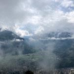 Wolken geben langsam den Blick auf die Bergwelt frei