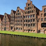 Wasser und Backstein Speichergebäude in Lübeck