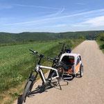 mit den Fahrrädern unterwegs in schöner Landschaft