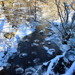 Die Urft teilweise zugefroren
