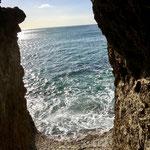 Höhlenblick am Felsenstrand