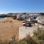 Strand und Altstadt von Albufeira