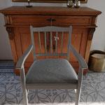 """Nachher. Farbe """"Paris Grey"""" von Annie Sloan, Sitzkissen mit grau-weiß gestreiftem Stoff bezogen."""