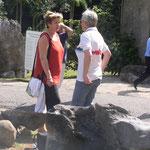 Vreni und Christine im Gespräch.