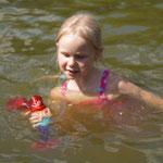 Glückliches Geburtstagskind mit wassertauglicher Puppe - von Großtante und Großonkel! - Patricia Stich 2015