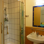 シャワーブース・洗面室