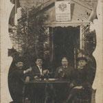 Przyszły wójt Władysław Zdzieszyński z nieznanymi ludźmi przed rosyjskim urzędem gminy. Ok. 1912