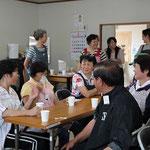 花を植えた後の「お茶会」も、住民の皆さん同士、またボランティアの方々との交流に欠かせないひとときです