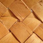 折り目をつける為に樹皮を折り畳んだ箇所が小さくワレています(糊付け修正済み)
