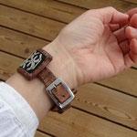 手首周囲15cmの時の着用例です 15cmの穴でぴったり