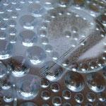 B 製造時に出来た、ガラスを流し込んだ際の線 (カトラリー跡ではありません)