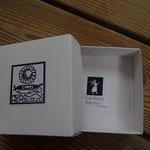 Mora Hemslöjdの箱の底にはカーリンのマークも貼られています