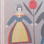 女性の左側の手先あたりにグレーの輪ジミ(1x2cm)