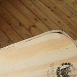 この材木がグレーになっている角が、上側も少しグレーになっています