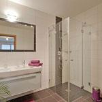 Badezimmer mit DU/WC und Doppelwaschbecken (ein weiteres Badezimmer mit DU/WC vorhanden) Fewo Horberg - Apart Rauch