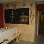 Zuerst bauten wir eine Rumpelkammer dann wurde sie zur Rüstkammer