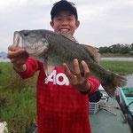 ■釣り人:手漕ぎ少年                 ■場 所:フレンズ前                 ■リ グ:ジグヘッド                 ■サイズ:47cm