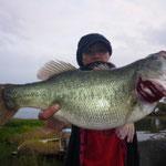 ■釣り人:江口氏                 ■場 所:フレンズ沖                 ■リ グ:ネコリグ                 ■サイズ:58cm