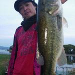 ■釣り人:江口様                 ■場 所:フレンズ沖                 ■リ グ:ラバージグ                 ■サイズ:49cm