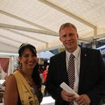 Caroline mit dem Bürgermeister der Stadt Genthin.