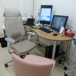 第1診察室です。患者さんと対話しやすいように端が丸い机にしました。