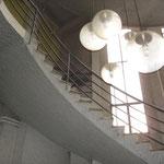 L'escalier tournant montant au bureau du Patron et aux étages 1