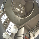 L'escalier tournant montant au bureau du Patron et aux étages 2
