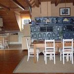 Ferienwohnung am See: Ess-/Wohnbereich mit Kachelofen