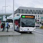 Le Citaro C2 n°81, à l'arrêt Gares, s'apprête à partir vers Croix Désilles. - © Popol
