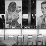Bar mit Barhocker, beleuchtete Bar